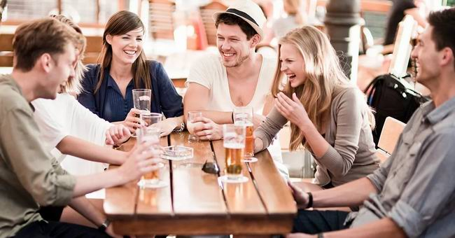 Новенький парень в городе заходит в бар и замечает большой кувшин с десятидолларовыми банкнотами