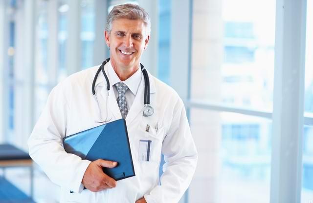 Женщина приходит на проверку к врачу после того, как ей прописали курс тестостерона