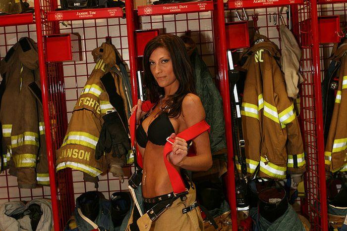 Голая девушка у пожарной части то