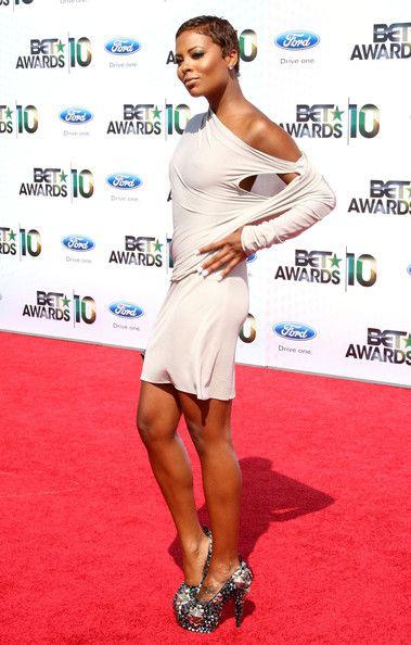 2. Ева Пигфорд. Она была первой афро-американкой, победившей в конкурсе «Americas Next Top Model», потому кто-кто, а она-то толк в красоте знает.. Ее короткая стрижка мелькала на обложках журналов, в том числе «Women's Health and Fitness», а также в клипах Джейми Фокс и «50 Cent».
