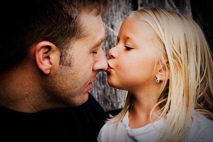 Приходит к отцу молодая девушка и говорит
