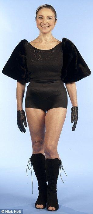 """Валери Бернс, 56 лет, фитнес-инструктор из Бакингемшира. Валери замужем, у нее четверо сыновей 30, 27, 26 и 23 лет. Размер ее одежды - восьмой британский. Валери говорит: """"Я с радостью ношу бикини на пляже и покупаю обтягивающие платья. Моя форма не изменилась, я была такой же, когда мне было 20. Мой размер всегда был от восьми до десяти и, хотя я всегда была активной, работа является главным моим способом сохранения фигуры. Несмотря на постоянные занятия спортом, у меня есть некоторые проявления целлюлита, но это жизнь""""."""